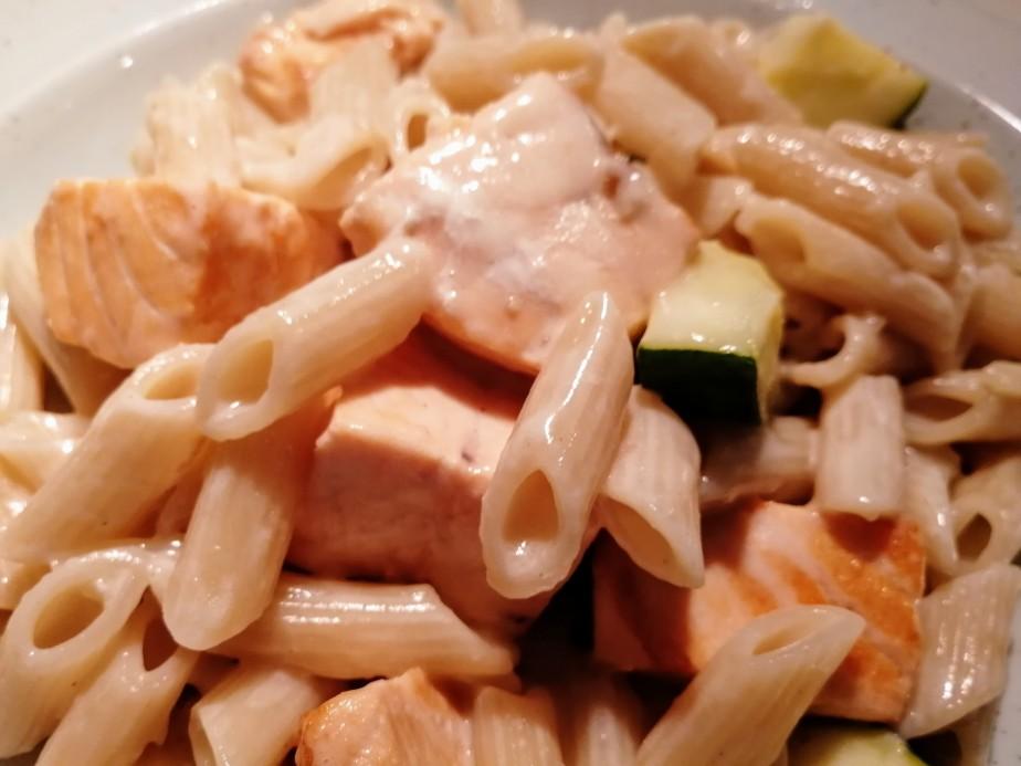 Lachs-Nudelpfanne mit Zucchini